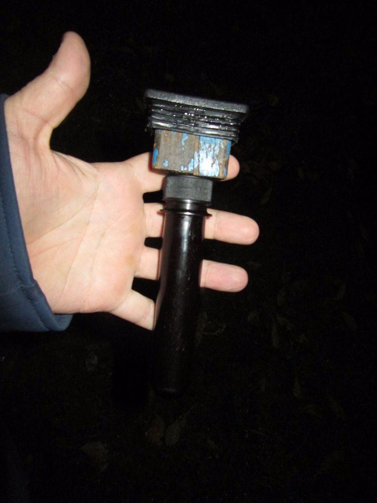 Eine Variation des Pfostendeckels, ein Stück Holz reingeschraubt und daran dann den Petling verschraubt. Somit auch ein Nässeschutz vorhanden.