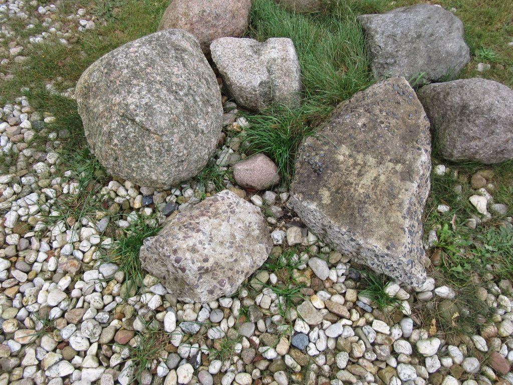Auch schön. Das dekorative Steinelement wurde genutzt und einfach ein Stein mit Dose dazugepackt. Wohl auch grünanlagenpflegesicher.